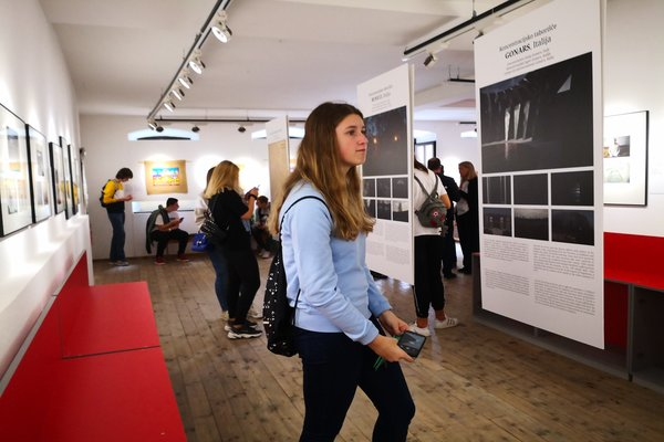 Youth visiting the exhibition Last Witnesses in Rijeka
